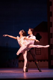Coppelia. Francesca Hayward as Swanilda and Alexander Campbell as Franz. (c) ROH, 2019. Photographed by Bill Cooper. (2)