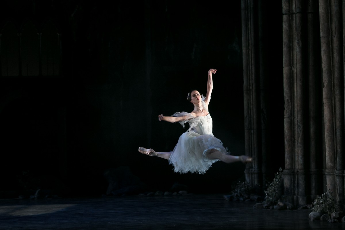 01 Giselle, Birmigham Royal Ballet, with Samara Downs © Dasa Wharton 2019