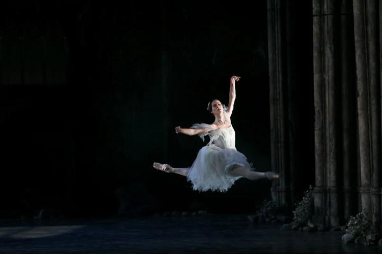 01 Giselle, Birmigham Royal Ballet, with Samara Downs © Dasa Wharton 2019