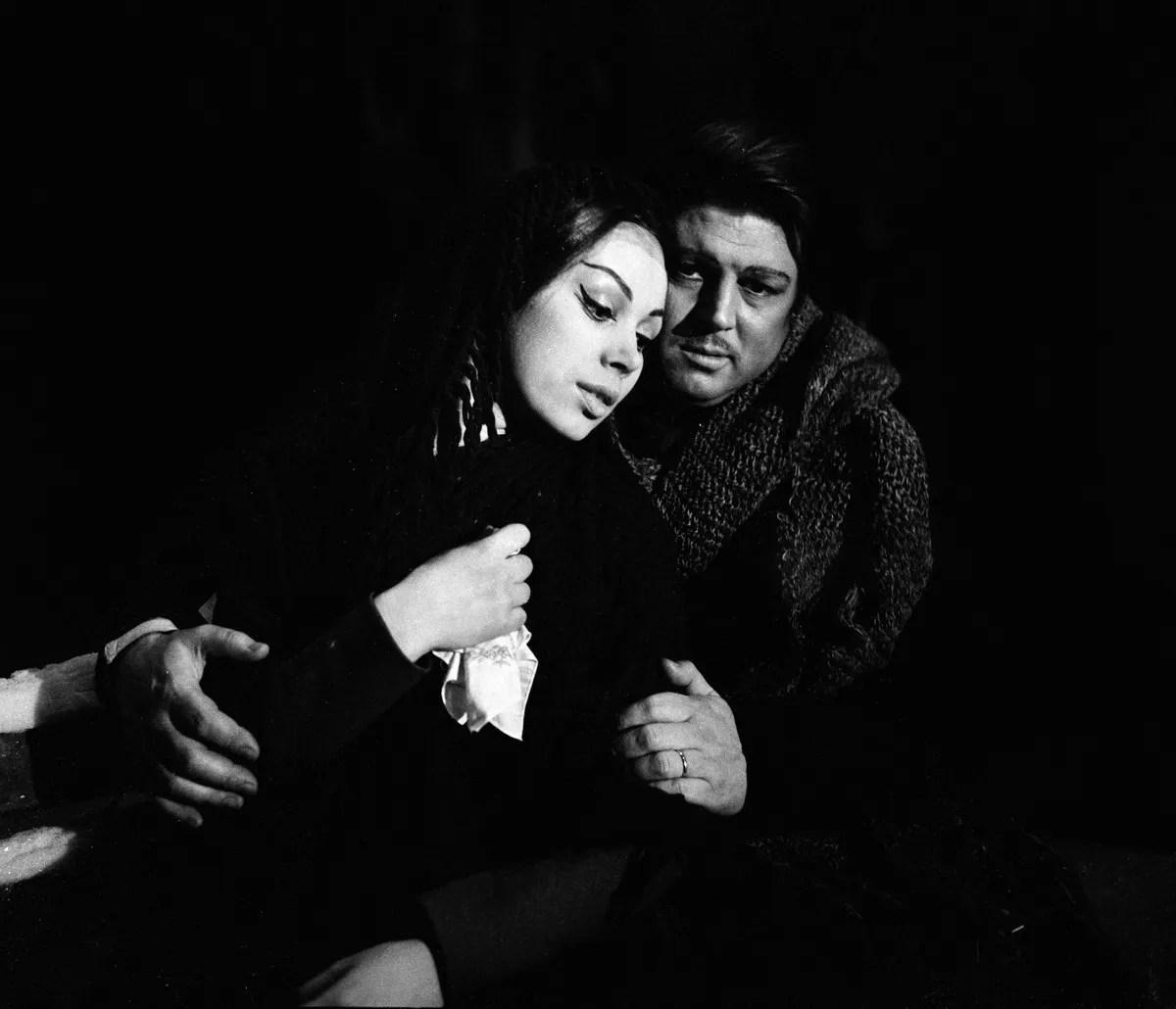 03 Mirella Freni in LA BOHEME 1963 with Gianni Raimondi photo by Erio Piccagliani © Teatro alla Scala 01