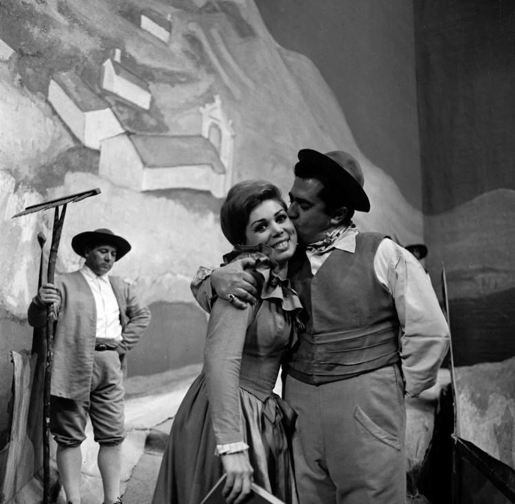 07 Mirella Freni in ELISIR D'AMORE 1964 with Giuseppe di Stefano photo by Erio Piccagliani © Teatro alla Scala 01