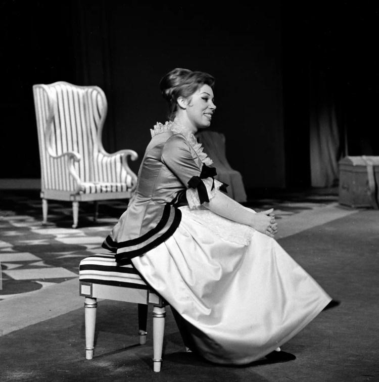 08 Mirella Freni in LE NOZZE DI FIGARO 1964 photo by Erio Piccagliani © Teatro alla Scala