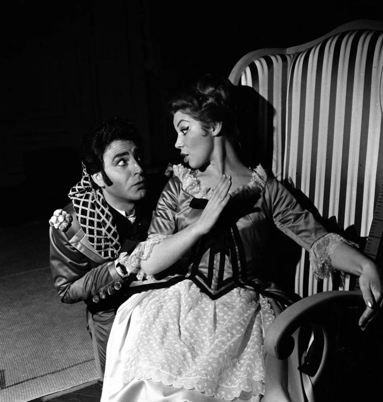 08 Mirella Freni in LE NOZZE DI FIGARO 1964 with Wladimiro Ganzarolli photo by Erio Piccagliani © Teatro alla Scala