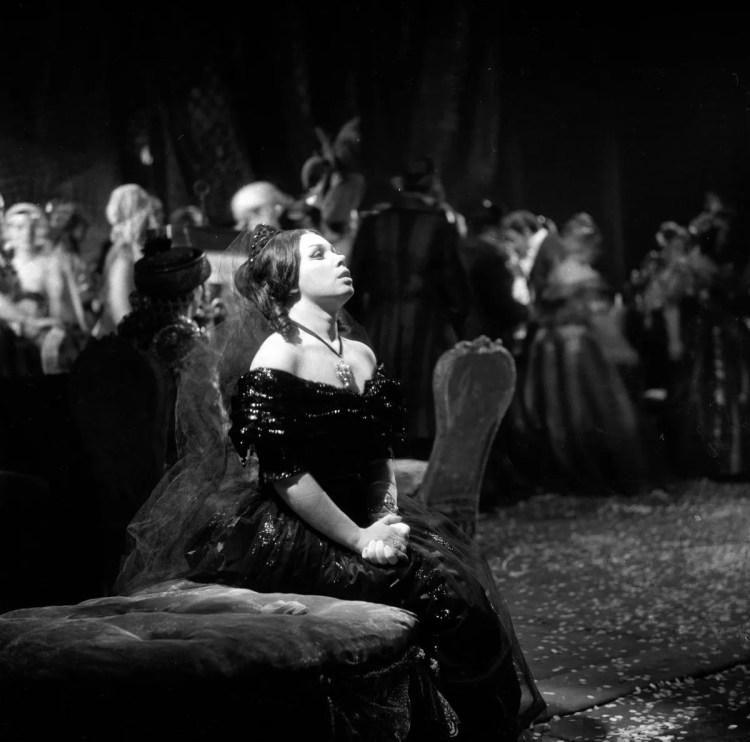 09 Mirella Freni in LA TRAVIATA 1964 photo by Erio Piccagliani © Teatro alla Scala