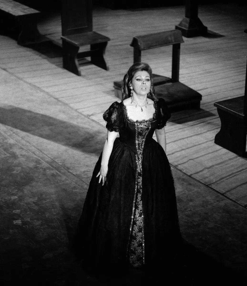 12 Mirella Freni in MANON 1969 photo by Erio Piccagliani © Teatro alla Scala 1