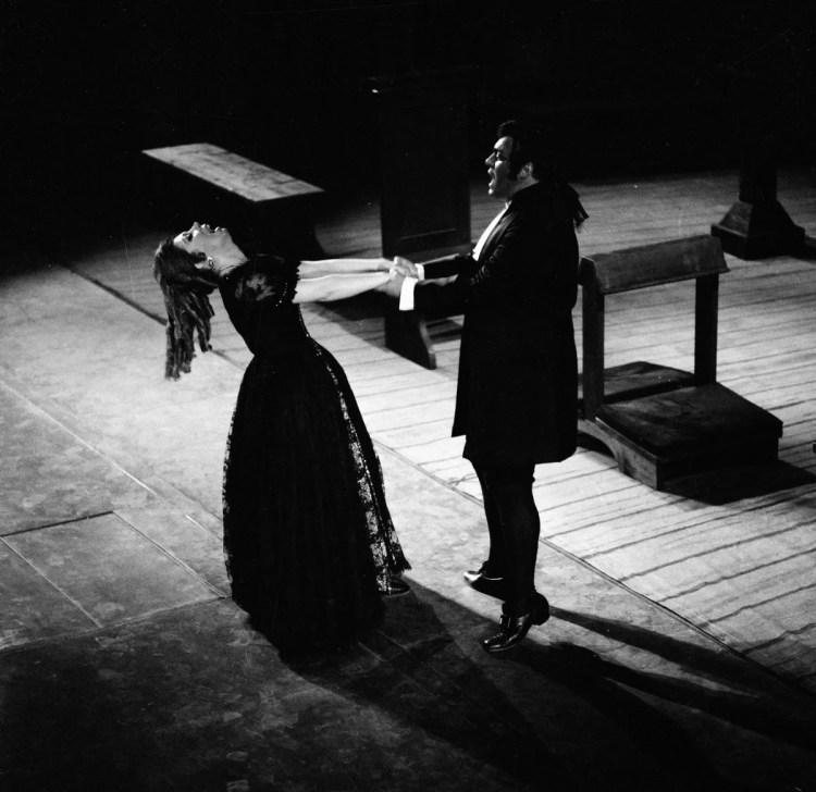 12 Mirella Freni in MANON 1969 with Luciano Pavarotti photo by Erio Piccagliani © Teatro alla Scala 02