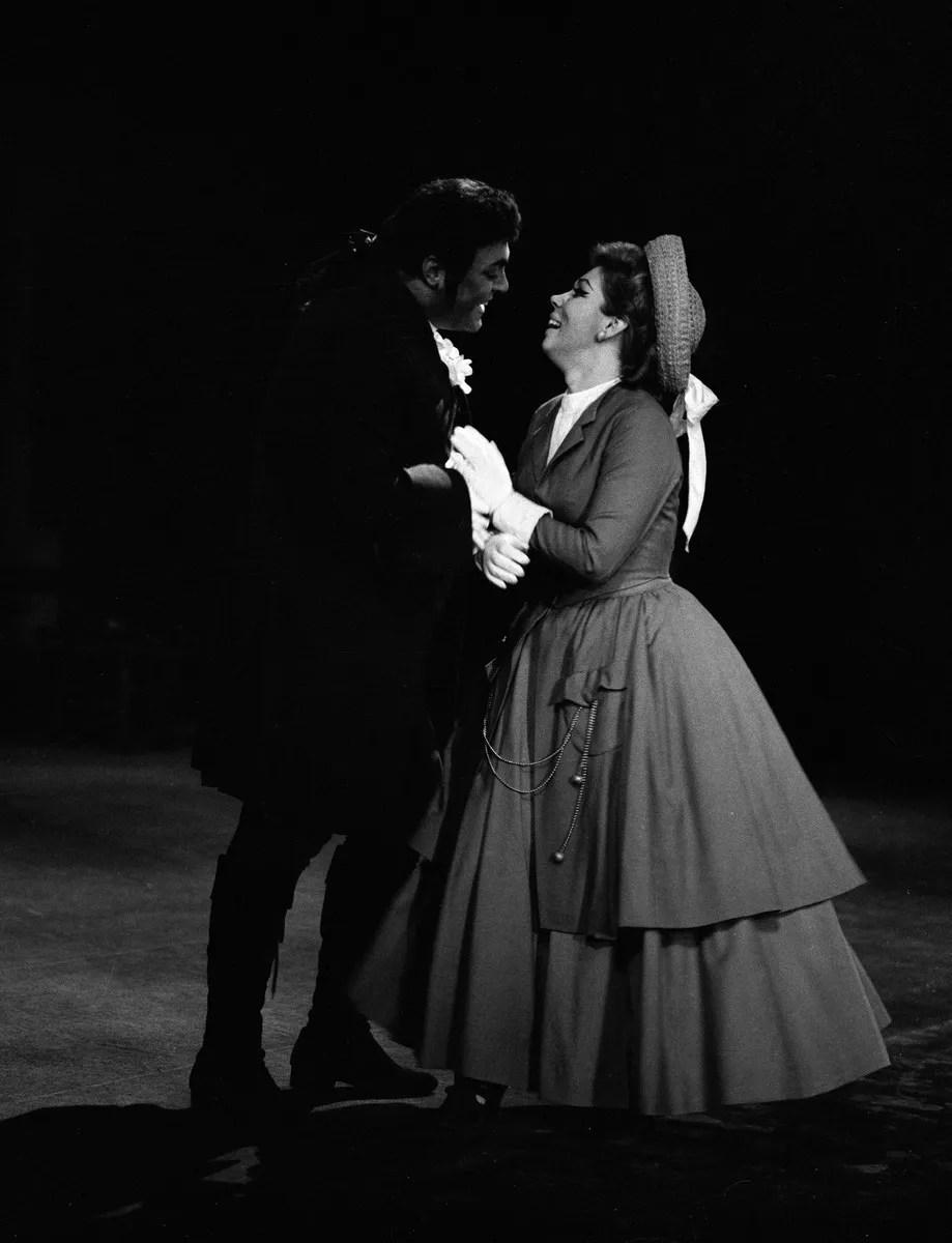 12 Mirella Freni in MANON 1969 with Luciano Pavarotti photo by Erio Piccagliani © Teatro alla Scala