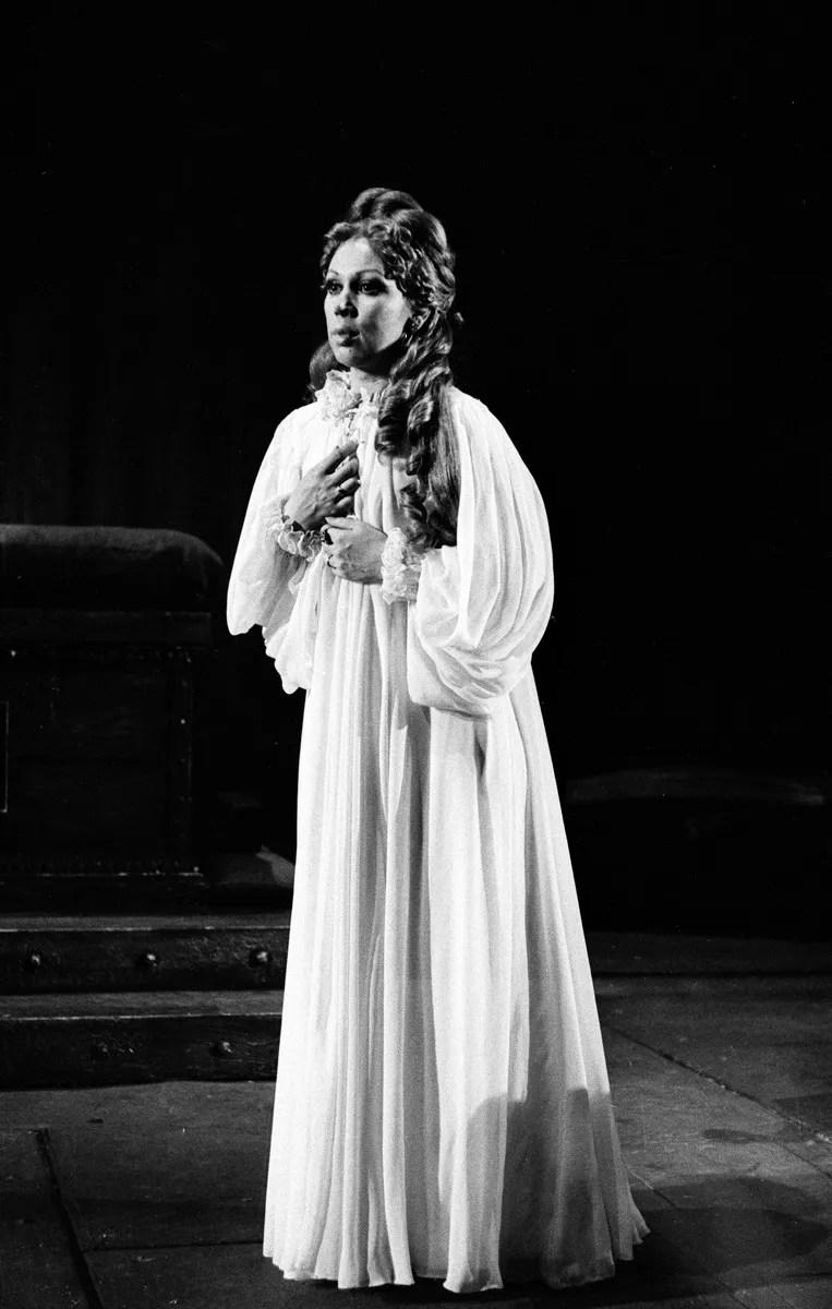 14 Mirella Freni in OTELLO 1976 photo by Erio Piccagliani © Teatro alla Scala
