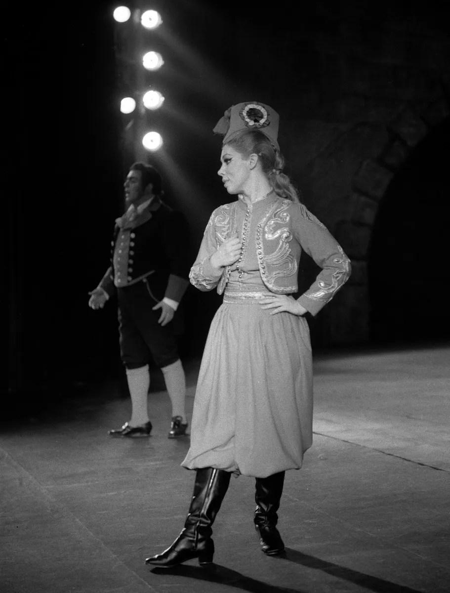 Mirella Freni in La figlia del reggimento in 1968 with Luciano Pavarotti photo by Piccagliani