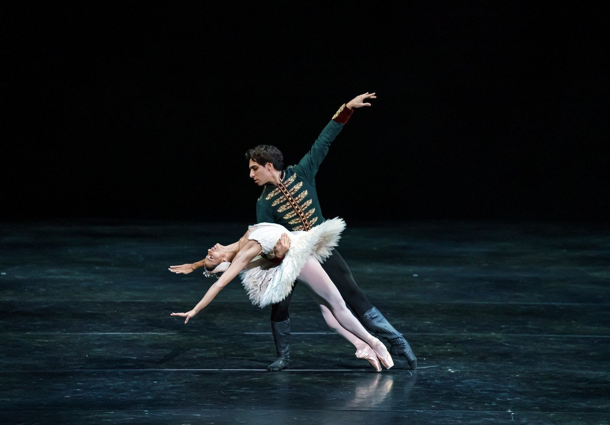 Swan Lake pas de deux with Francesca Hayward and Cesar Corrales, photo Emma Kauldhar ROH 2020