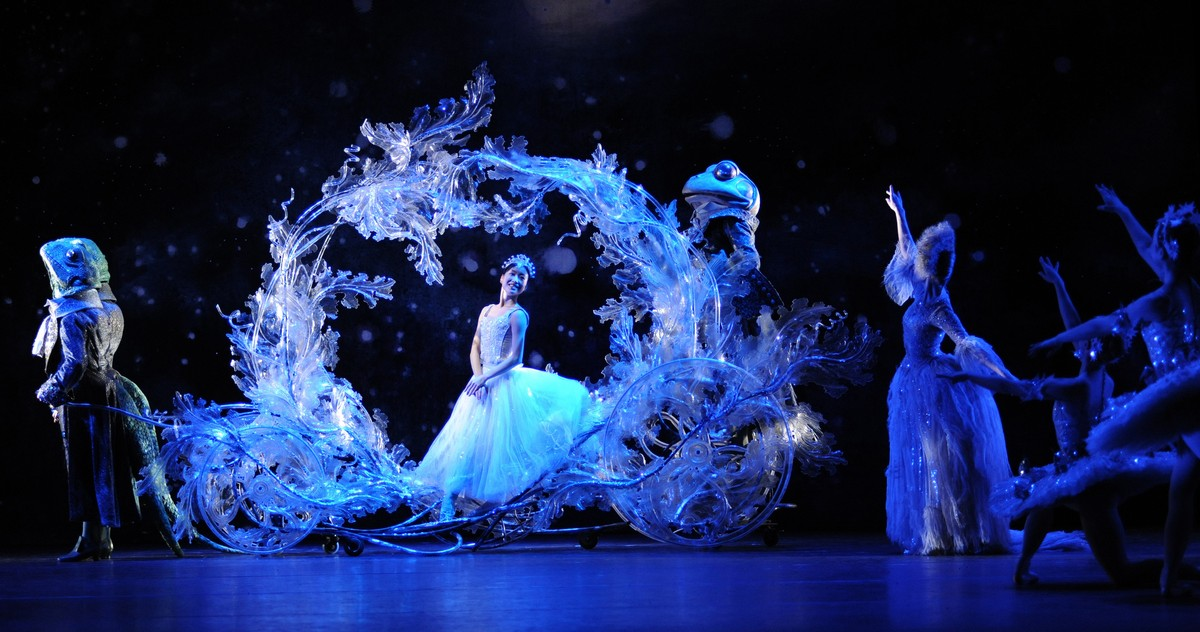 Momoko Hirata as Cinderella with Artists of Birmingham Royal Ballet, photo by Roy Smiljanic