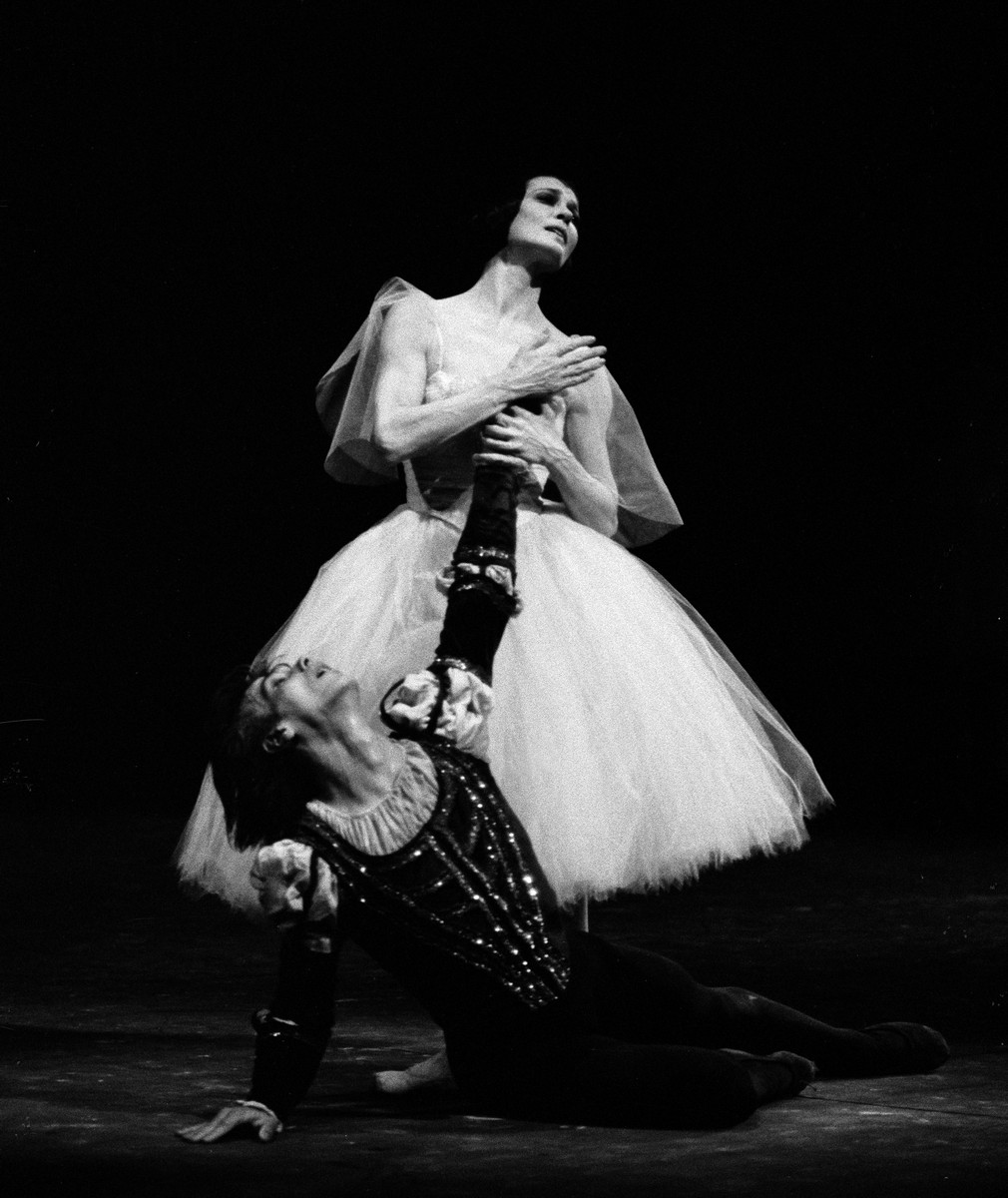 Giselle con Carla Fracci with Gheorghe Iancu in Giselle in 1983, photo by Lelli Masotti