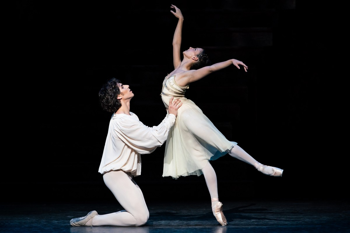 Cesar Corrales as Romeo and Francesca Hayward as Juliet in Romeo and Juliet, The Royal Ballet © 2019 ROH. Photograph by Helen Maybanks