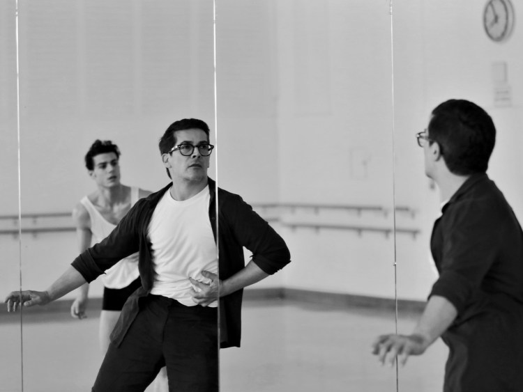 Davide Dato rehearses Uwe Scholz's Rite of Spring with Giovanni di Palma © Gabriele Schacherl (1)