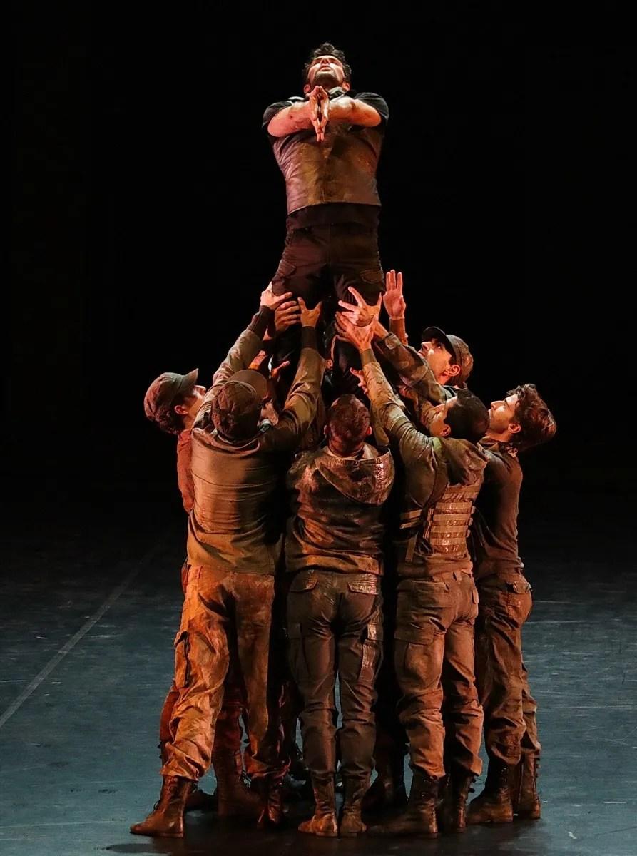 Madina - 02 - Roberto Bolle and the corps de ballet, photo by Brescia e Amisano ©Teatro alla Scala (2)