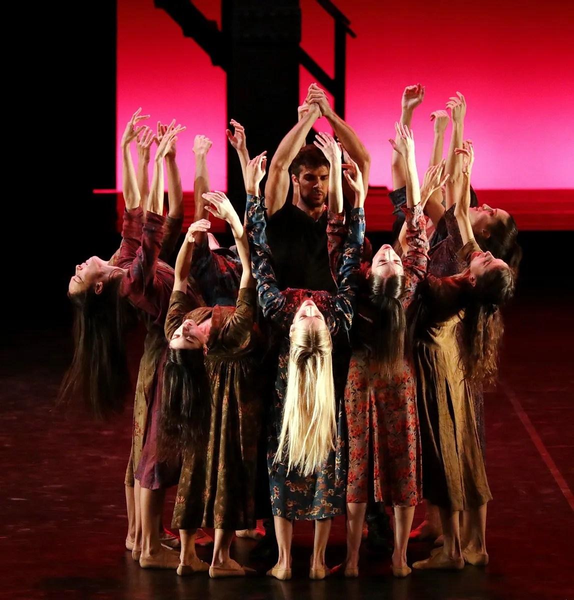 Madina - 39 - Roberto Bolle and the corps de ballet, photo by Brescia e Amisano ©Teatro alla Scala (4)