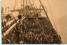 Emigranti siciliani in una nave che, probabilmente, li porta in America