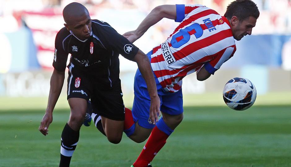 Brahimi pelea con Koke por un balón durante el duelo del año pasado en el Calderón