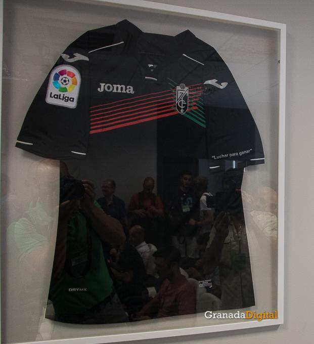 Presentación Primera equipación camiseta Granada CF rojiblanco-2