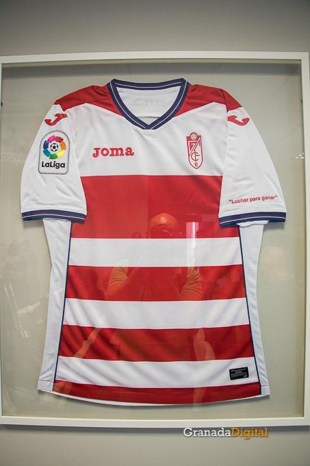 Presentación Primera equipación camiseta Granada CF rojiblanco-5