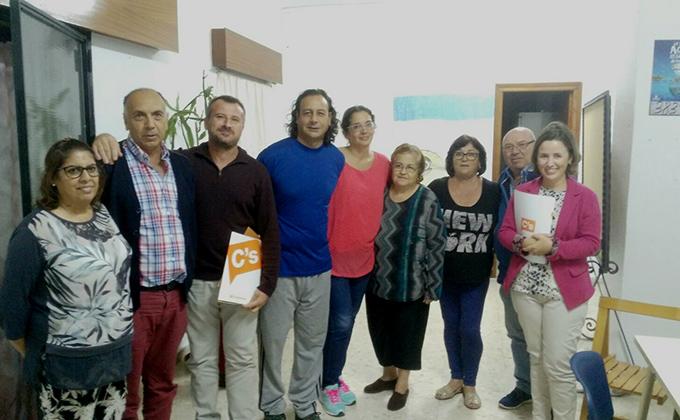 lola-sanchez-y-otros-miembros-de-ciudadanos-motril-junto-a-representantes-de-la-aavv-cerrillo-jaime