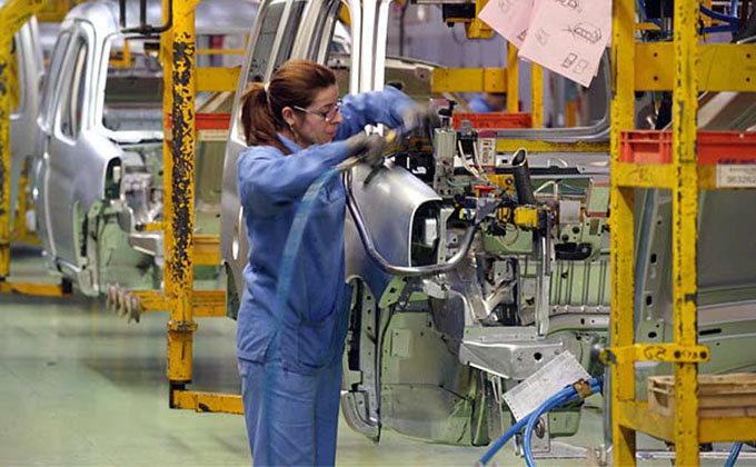 mujer_trabajando_fabrica_coches