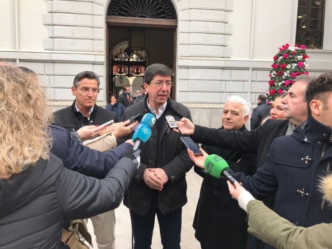 Juan Marín, atendiendo a los medios