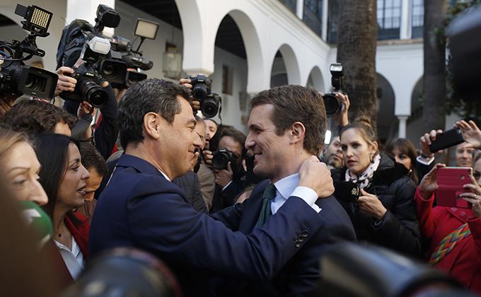 El presidente del PP, Pablo casado felicita a Juanma Moreno.