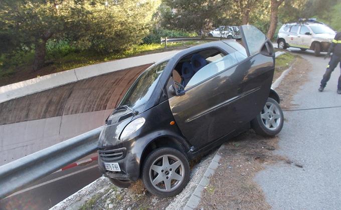 VISTA DEL VEHICULO ACCIDENTADO SOBRE LA VALLA Y CN 340