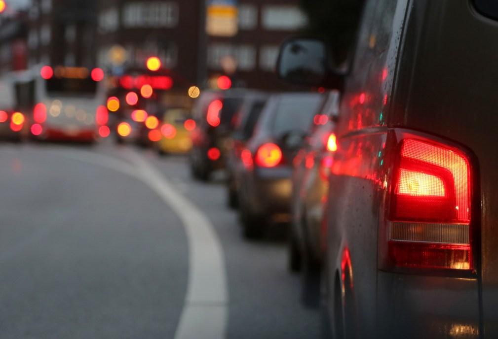 Autos im Stau in der Großstadt