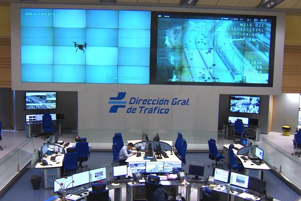 Imágenes del tráfico en carretera captas por los drones proyectadas en las pantalllas de las oficinas de la DGT.