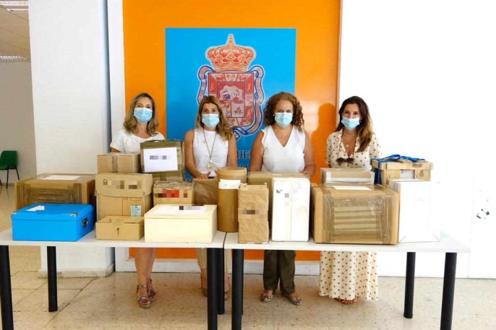 La concejal Eva Martín, junto a las cajas con los prototipos recepcionados