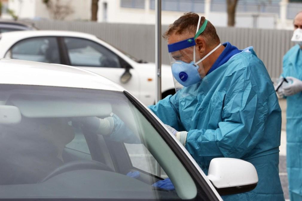 Dispositivo sanitario de la prueba test del PCR para detectar la infección por coronavirus a las personas desde su coche. - Álex Zea - Europa Press - Archivo