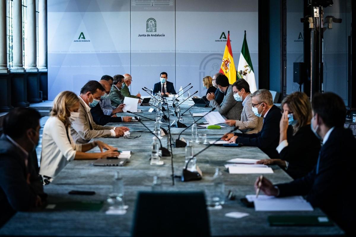 Reunión del presidente de la Junta de Andalucía, Juanma Moreno, con el comité de expertos para la pandemia del coronavirus