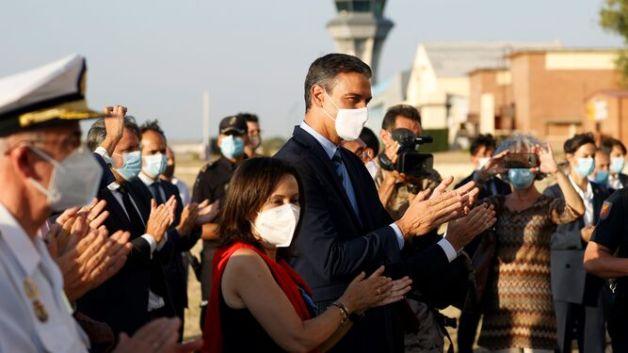 Pedro Sánchez recibió con aplausos al último grupo de evacuados desde Kabul.