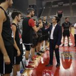 Paco Cuenca visita al Coviran Granada en la sesión de entrenamiento