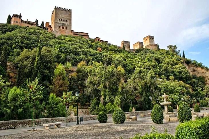 ▷ El Paseo de los Tristes • Granada por el Mundo