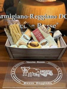 Confezione regalo Cesto regalo con parmigiano Reggiano DOP vacche rosse e altri prodotti tipici