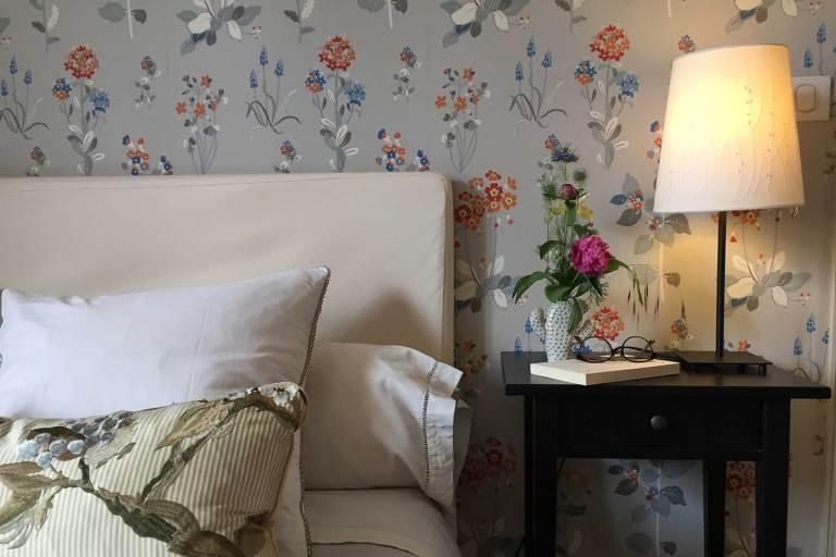 La chambre triple : Amédée de Grand Bouy, détail du chevet avec bouquet de fleurs fraîches