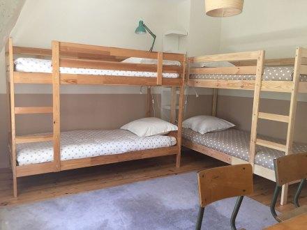 La Maison de Célestin : chambre pitchoune : le dortoir des enfants avec 2 lits superposés et un lit gigogne. Pupitre double vintage