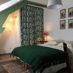 La chambre Figuier de la Maison de Célestin. Lit 160 cm, grande penderie, coin salon avec un fauteuil et fenêtre avec vue sur le parc.