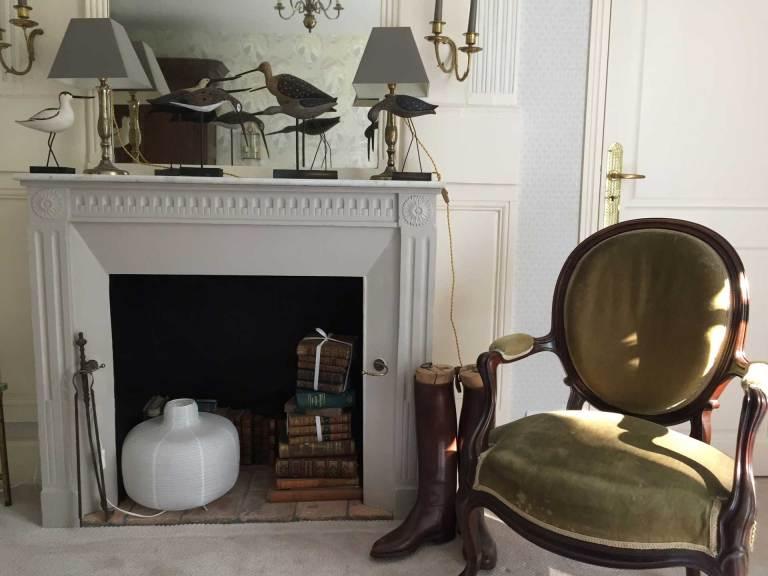 Chambre Oncle Roger de Grand Bouy, vue sur la cheminée et un fauteuil à médaillon