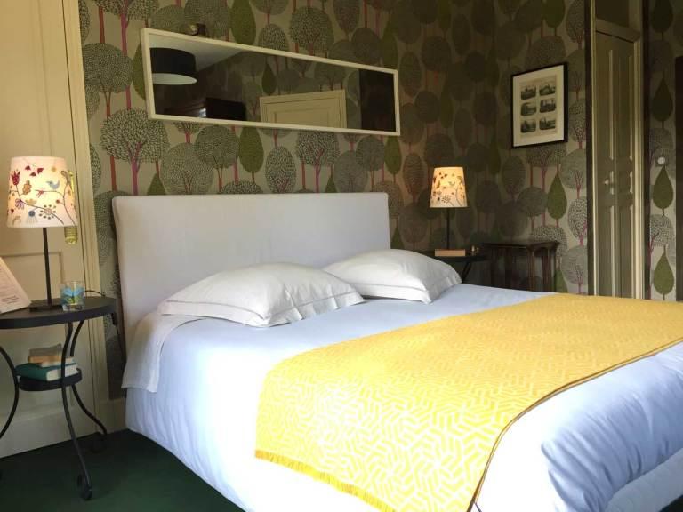 Chambre Tante Marthe de Grand Bouy, vue sur le lit Queen size, la penderie et les chevets