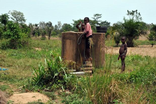 Puits dans la campagne lac Togo F13_2781