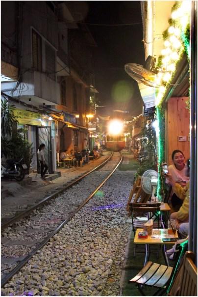 rue avec trainHANOI
