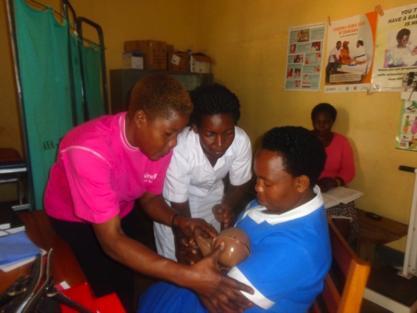 Des travailleurs de la santé reçoivent une formation spécialisée sur les soins maternels et néonatals. Photo gracieuseté de Amref Health Africa en Ouganda