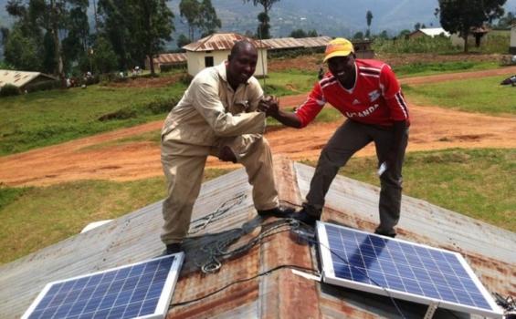 Installation de panneaux solaires sur les toits des établissements de santé dans la région montagneuse du sud-ouest de l'Ouganda. Photo gracieuseté de We Care Solar®