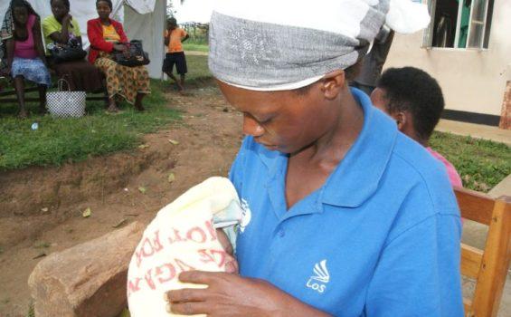 Une mère avec son bébé au Centre de santé Kihihi IV, où elle venait d'accoucher. Photo gracieuseté de Amref Health Africa en Ouganda
