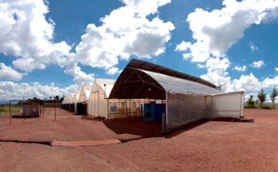 Serre et baie de séchage thermique à l'usine de la société Pivot Works. Après le séchage au soleil, le combustible passe dans le séchoir thermique pour assécher encore plus le produit et le désinfecter.