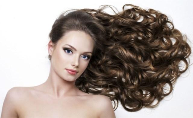 Cabelo cacheado, mas liso natural. O que seu cabelo diz sobre sua personalidade? Artigo da Grandha sobre como o cabelo influencia impressões.